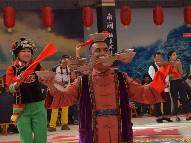 云南大理的一个县,这里的跳菜吃饭要跳舞,你一定没有见过!