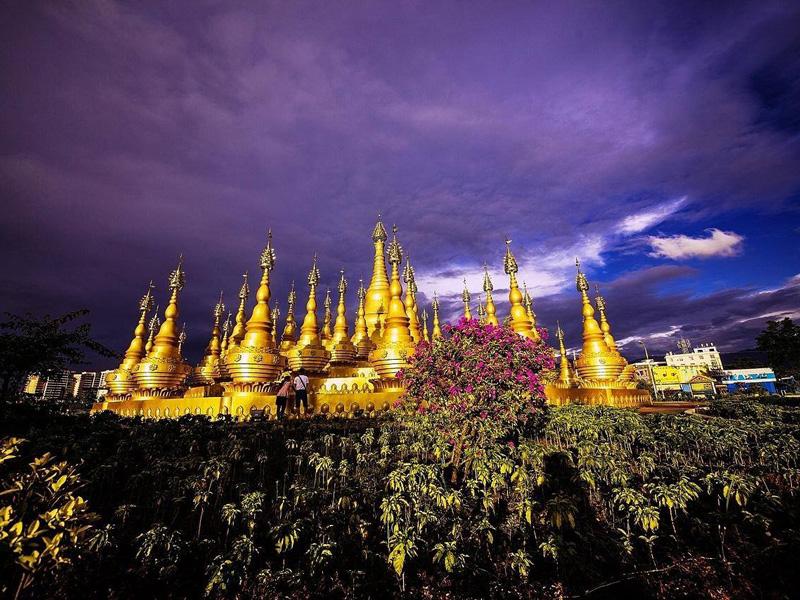 有著東南亞風情的芒市,孔雀自由自在,佛塔金碧輝煌
