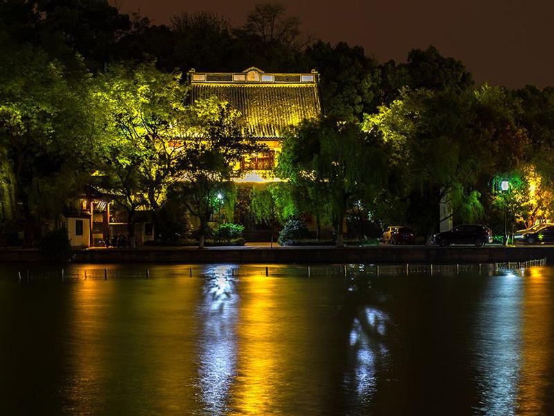 傍山枕湖的杭州