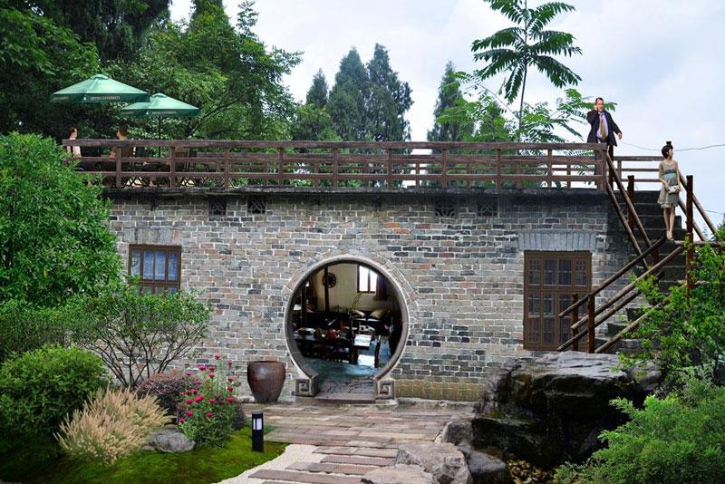 云南西北的奇特村庄,几百年古树到处可见,优美景观如世外桃源